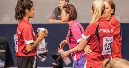 Yu Han Chen coacher Anisha Iyer ved ungdoms EM